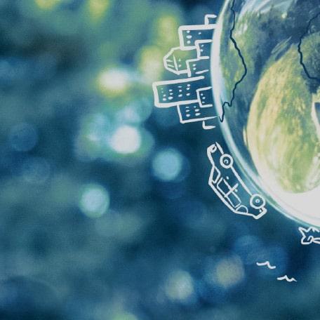 Halbe Weltkugel mit darauf gezeichneten Häusern und Autos zum Thema Umwelt.